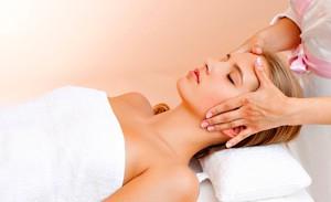 На фото: Лимфодренажный массаж лица