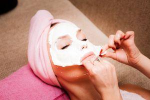 На фото: Домашняя альгинатная маска