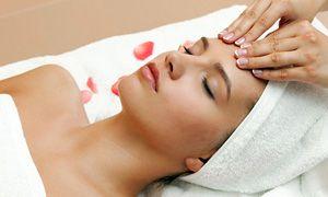 На фото: Косметический массаж лица