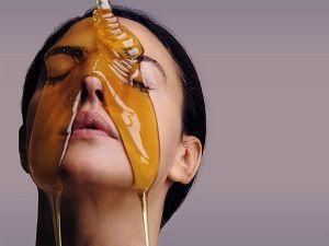 На фото: Маски из меда в домашних условиях