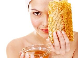 На фото: Маска для лица с медом и яйцом