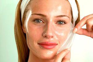 На фото: Желатиновая маска для лица невероятный эффект