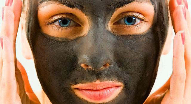 На фото: Маска от черных точек: желатин и активированный уголь
