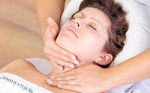 На фото: Техника выполнения массажа лица