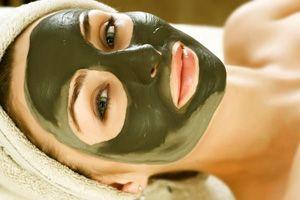 На фото: Увлажняющая маска для лица с водорослями