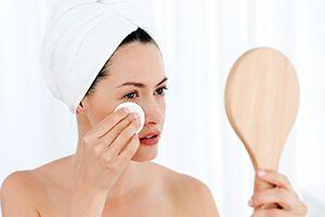 На фото: Как снять отек с лица