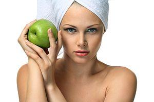 На фото: Маска для лица из яблок